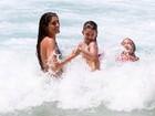 Cynthia Howlett curte dia de praia com a filha