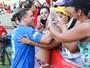 Wesley Safadão é tietado por fãs em jogo com Aline Riscado na torcida