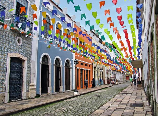 Fachadas coloridas e preservadas do centro histórico de São Luís, enfeitado para os festejos do meio do ano (Foto: Shutterstock)