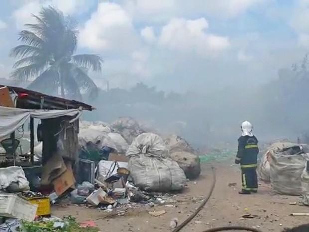 Queima dos materiais recicláveis resultou em uma nuvem de fumaça densa que assustou moradores (Foto: Eduardo Gama/ Arquivo pessoal )
