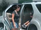 Juliana Knust exibe barriguinha de grávida ao levar filho na escola