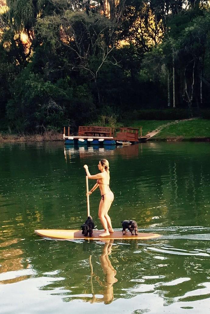 Luiza Possi se encantou pelo stand up paddle e o corpão agradece (Foto: Arquivo Pessoal)