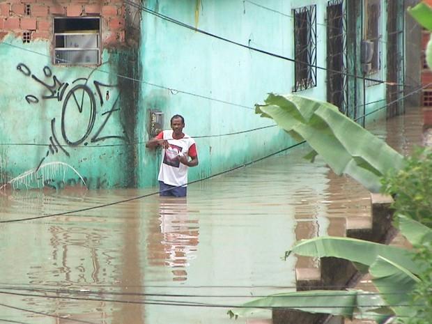 Moradores se queixam de bocas de lobo entupidas nesta terça-feira (Foto: Reprodução/TV Bahia)