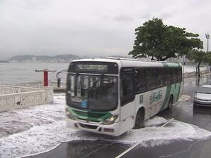Água invadiu a pista na Ponta da Praia, em Santos (Foto: Reprodução / TV Tribuna)