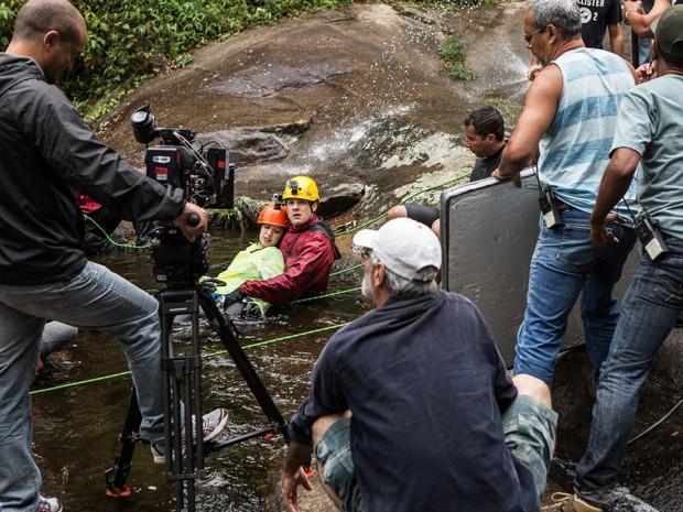 Em nome da arte, Nathalia Dill e Sérgio Guizé se jogam na água fria (Foto: Fábio Rocha/Gshow)