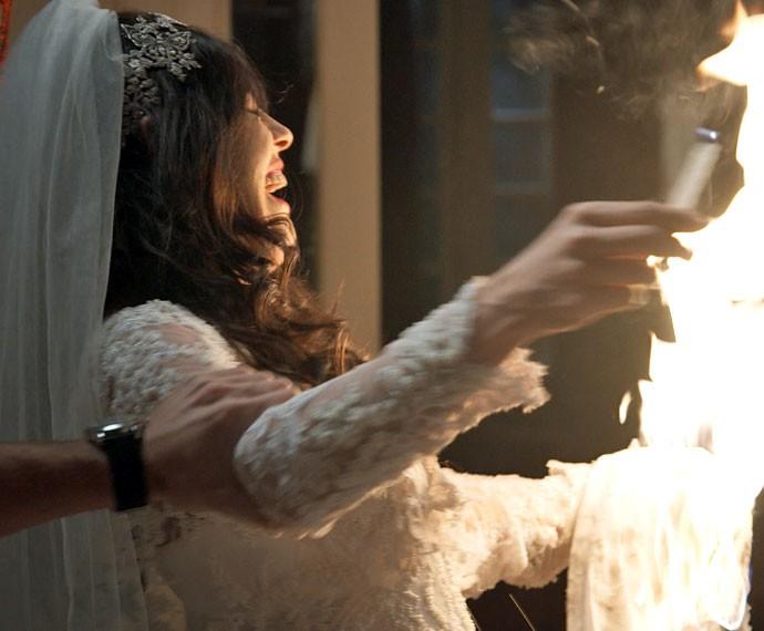 Nelita fica bêbada e coloca fogo no próprio vestido (Foto: TV Globo)