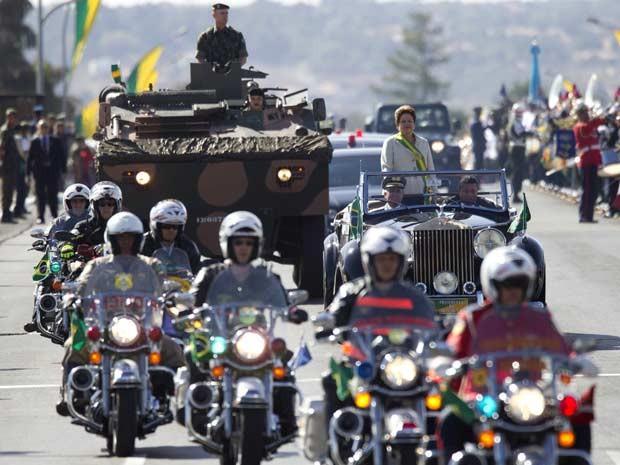 A presidente Dilma Rousseff desfila no Rolls Royce presidencial na Esplkanada dos Mnistérios na abertura do desfile cívico-militar de 7 de Setembro (Foto: Ueslei Marcelino/Reuters)