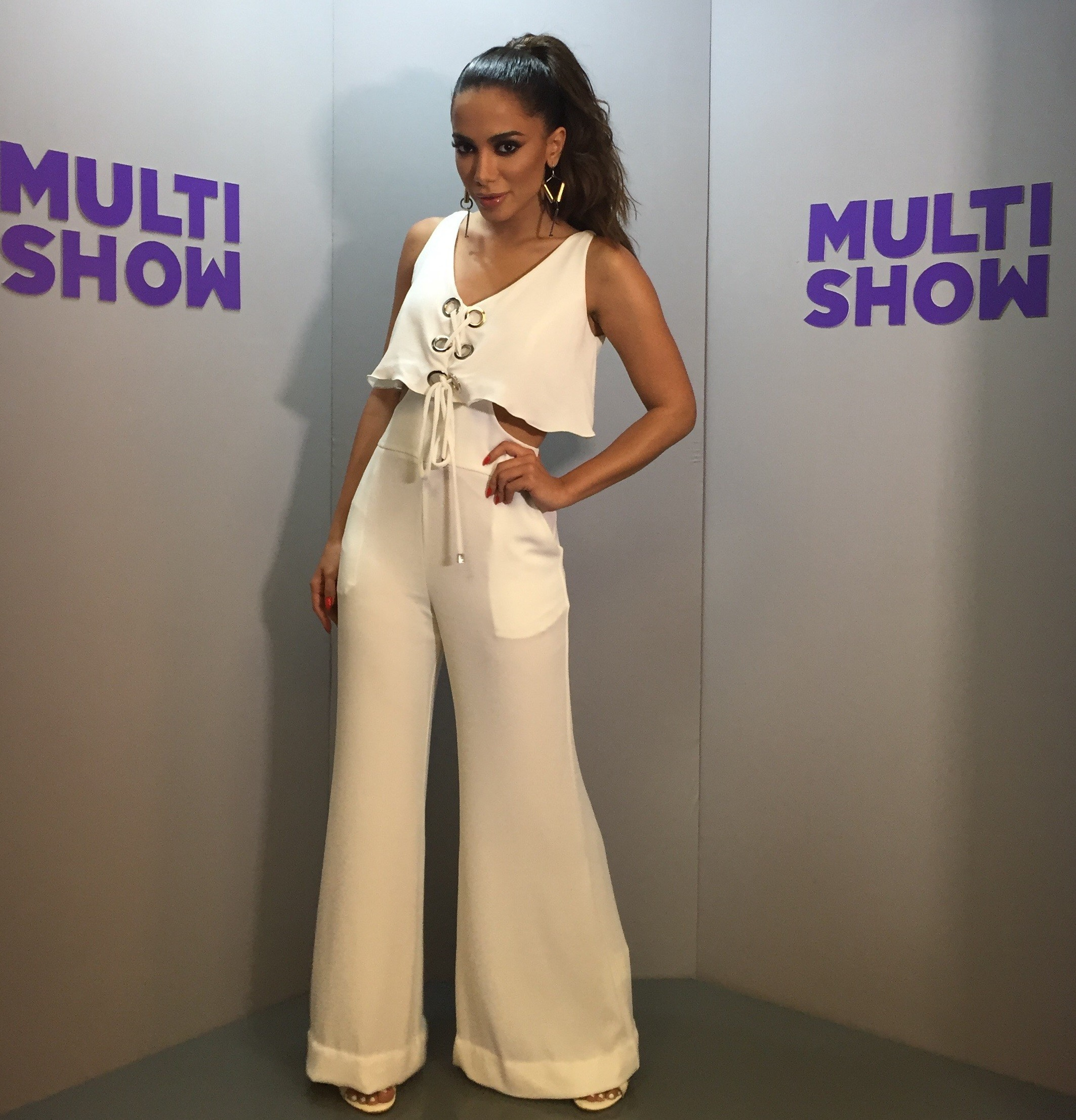 Anitta aposta em look todo branco para o Msica Boa Ao Vivo desta tera-feira (18) (Foto: Daniel Seda/Multishow)