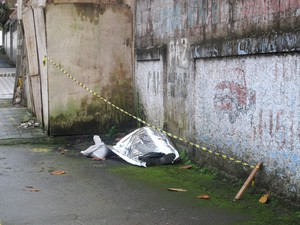 Cadáver foi encontrado por moradores na manhã desta sexta-feira (15) (Foto: Jéssica Bitencourt / G1)