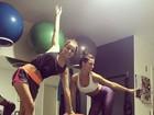 Isis Valverde dá empinadinha em aula de pilates com Maria João