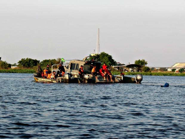 Equipe de 20 mergulhadores faz buscas com barcos na região do naufrágio (Foto: Tatiane Queiroz/ G1 MS)