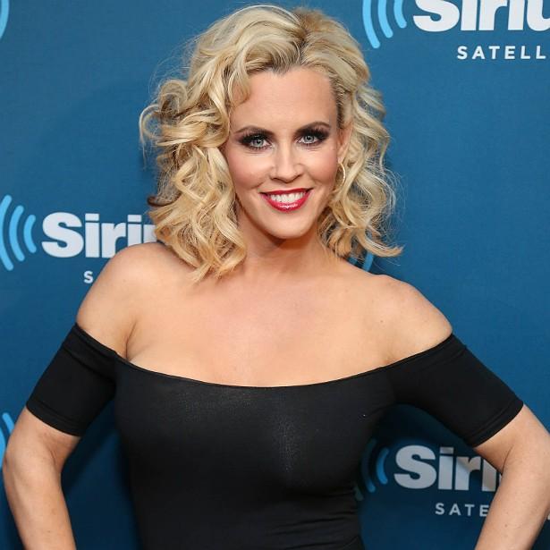 """A atriz, comediante e ex-coelhinha da 'Playboy' Jenny McCarthy diz que já fez implante de silicone nos seios duas vezes. """"Depois do nascimento dos filhos, seus peitos viram panquecas"""", brinca. (Foto: Getty Images)"""