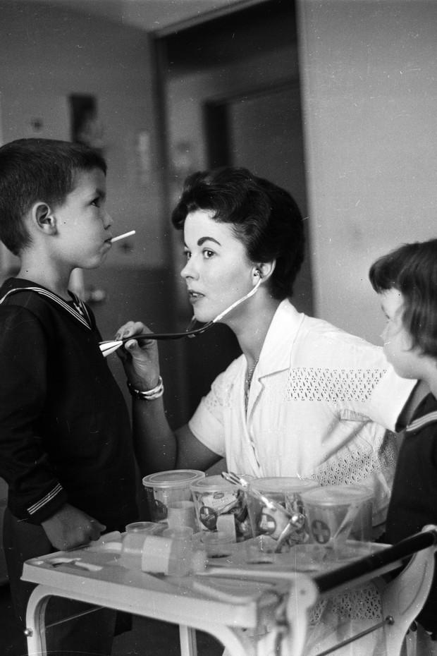 Shirley Temple com os filhos em 1957 (Foto: Getty Images/Agência)