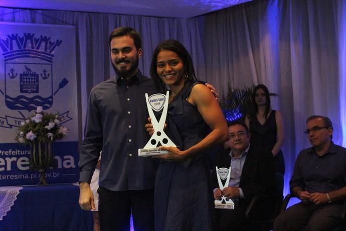 Patrícia Carvalho recebendo Troféu Carlos Said (Foto: Wenner Tito)