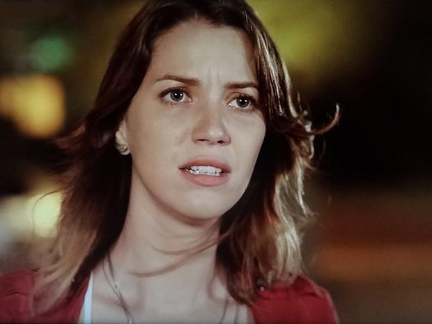 Laura vê Tina saindo de prédio e vai tirar satisfação com ela (Foto: TV Globo)
