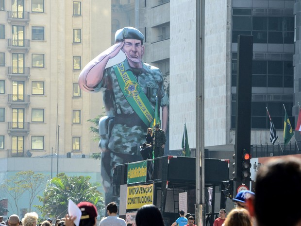 Um boneco inflável gigante do General Mourão, do exército brasileiro, é visto na Avenida Paulista, em São Paulo, durante protesto contra a presidente afastada Dilma Rousseff (Foto: J. Duran Machfee/Futura Press/Estadão Conteúdo)