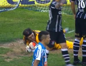 Cassio cai no chão após três defesas seguidas (Foto: Reprodução SporTV)