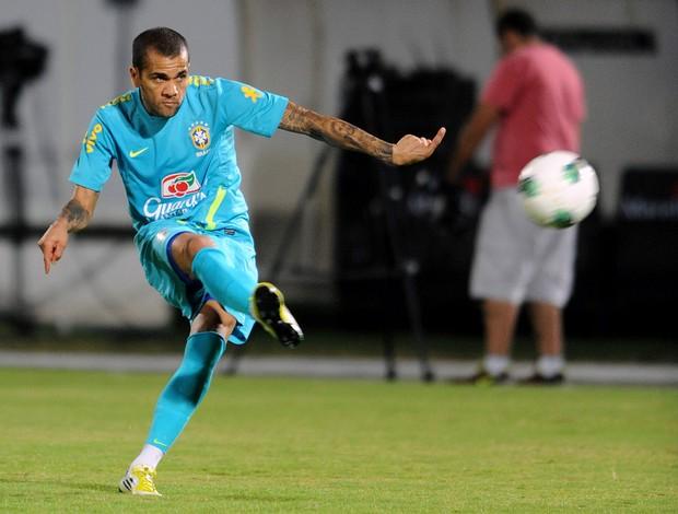 Daniel Alves treino Seleção Brasil (Foto: AFP)