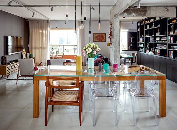 sala-jantar-cadeira-lustre-cimento-industrial-Gabriela-Marques (Foto: Edu Castello/Editora Globo)