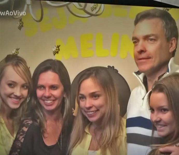 Paulo Castelli posa com as filhas (Foto: Vídeo Show / TV Globo)
