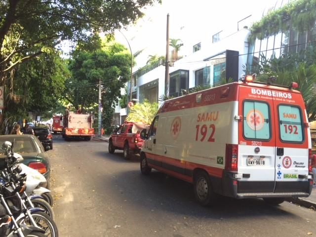 Bombeiros chegam em Ipanema para combater incêndio (Foto: Matheus Rodrigues/G1)
