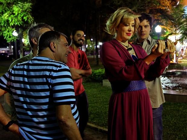 Claudia Raia assiste ao clipe da novela ao lado de Jorge Fernando, Sergio Guizé e equipe (Foto: Alto Astral/ TV Globo)