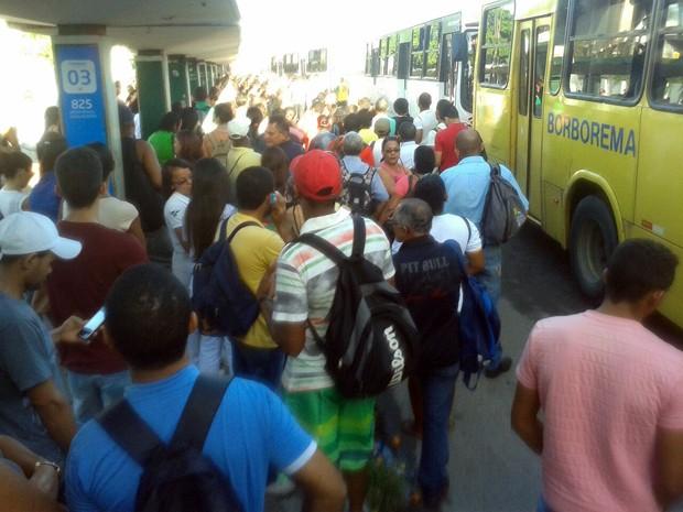 Passageiros enfrentam ainda mais dificuldades para usar o transporte público em dia de greve de ônibus no Grande Recife (Foto: Everaldo Silva/TV Globo)