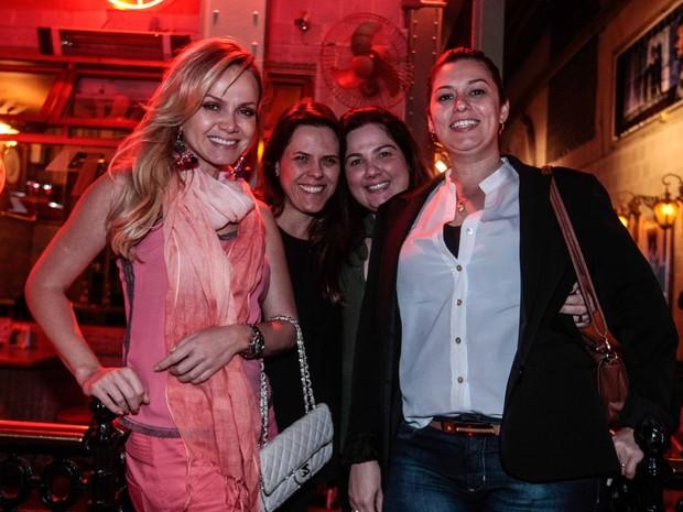 Eliana com amigas em restaurante em São Paulo (Foto: Leo Franco/ Ag. News)