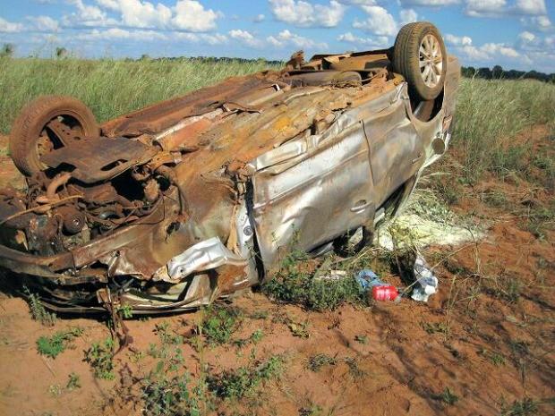 Carro ficou danificado após o acidente (Foto: Assessoria/ PRF-MT)