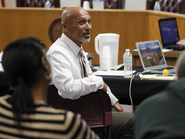 Joseph Sledge durante pausa no painel que confirmou sua inocência em Whiteville, na Carolina do Norte, na sexta-feira (23) (Foto: AP Photo/The News & Observer, Ethan Hyman)