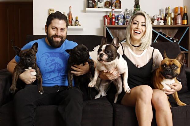 Mateus Boeira e Carol Narizinho posam com alguns de seus cachorros: no total são sete (Foto: Celso Tavares/EGO)