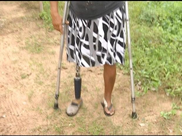 Moradora com deficiência deixou de ir ao médico por causa de rua sem asfalto  (Foto: Reprodução/TV Anhanguera)