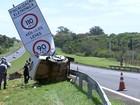Homem morre ao perder controle do carro e bater em placa de sinalização