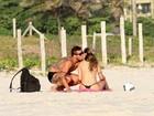 Yuri e a namorada trocam carinhos na praia
