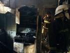 Em Manaus, vizinhos ajudam a retirar moradores de casa durante incêndio