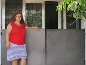 Cristiane Ribas Mariano, 42 anos, vítima das enchentes do Ribeirão dos Meninos, em São Bernardo, instalou uma porta de contenção em frente à entrada principal da casa (Foto: Rosanne D'Agostino/G1)