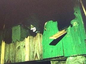 Casa de madeira ficou destruída (Foto: Reprodução/RBS TV)