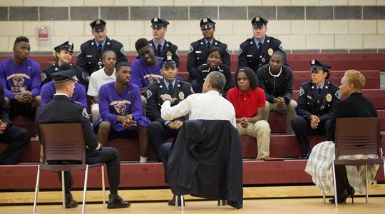 Obama limita uso de armas militares por policiais nos EUA
