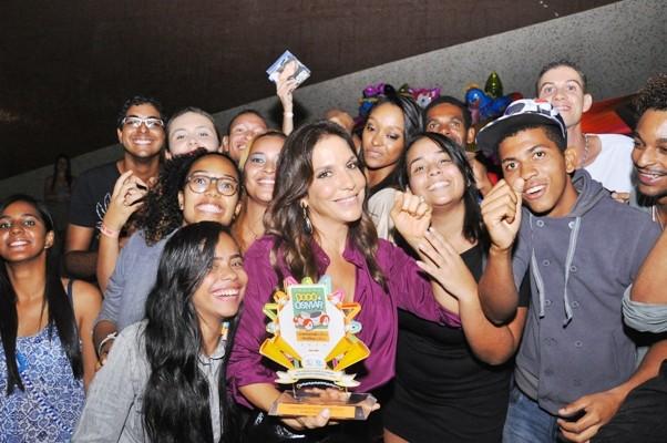 Ivete Sangalo com fãs em premiação em Salvador, na Bahia (Foto: Genilson Coutinho/ Divulgação)