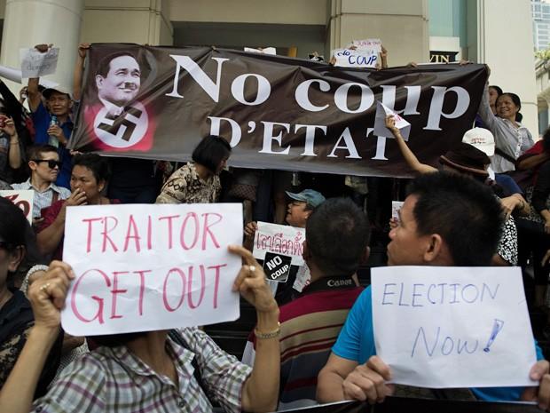 Manifestantes levaram cartazes para protestar contra golpe militar na Tailândia (Foto: Nicolas Asfouri/AFP)