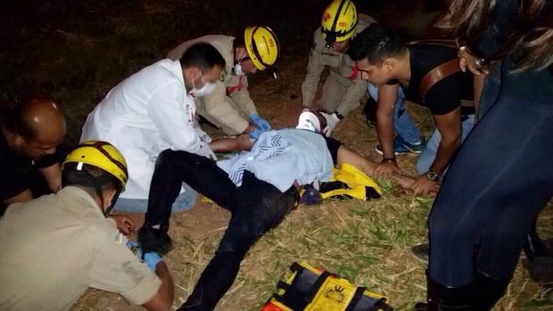 Cristiano Araújo é socorrido após acidente (Foto: Imagem cedida)