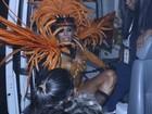 Ex-BBB Fabiana machuca o pé no desfile da Tom Maior, em São Paulo