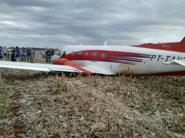 Avião caiu em meio a uma plantação, na área rural de Foz do Iguaçu (Foto: Emerson de Jesus/ RPC TV )