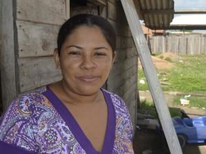 Ralcelina fala que sair a pé de casa é complicado em dias de chuva (Foto: Abinoan Santiago/G1)