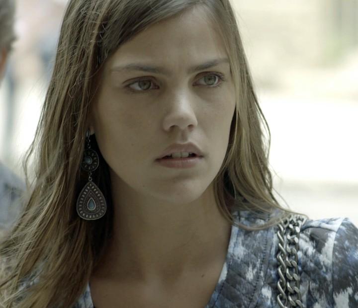 Alina não curte nem um pouco saber da novidade (Foto: TV Globo)
