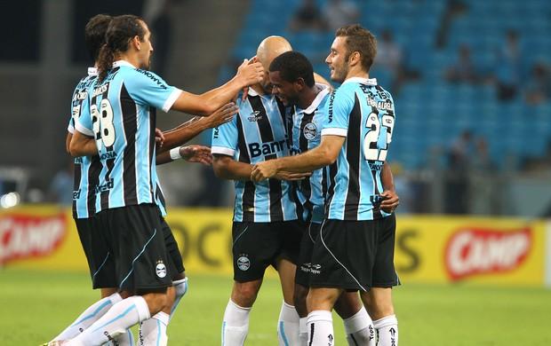 Jogadores do Grêmio comemoram gol com Fernando (Foto: Lucas Uebel / Grêmio FBPA)