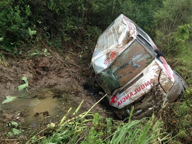 Ambulância caiu em lamaçal (Foto: Guto Kuerten/Agência RBS)