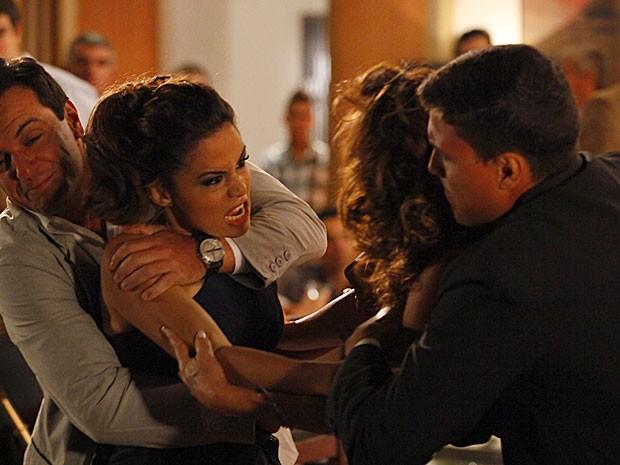 Salve Jorge – Morena acusa Wanda de ter matado Jéssica e dá outra surra na bandida
