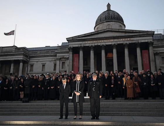 O prefeito de Londres Sadiq Khan,á esquerda,na vigília pelas vítimas (Foto: Carl Court/Getty Images)