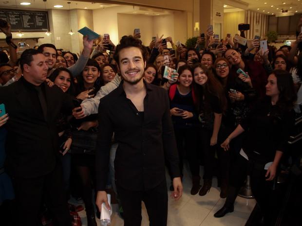 Tiago Iorc com fãs em pré-estreia de filme em São Paulo (Foto: Marcos Ribas/ Brazil News)